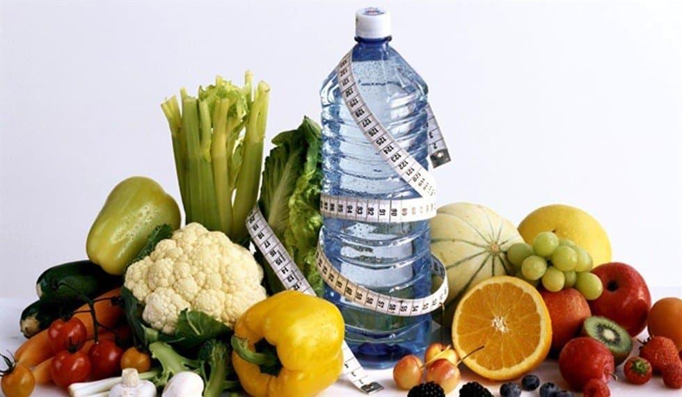Овощи, фрукты и вода должны присутствовать в рационе.