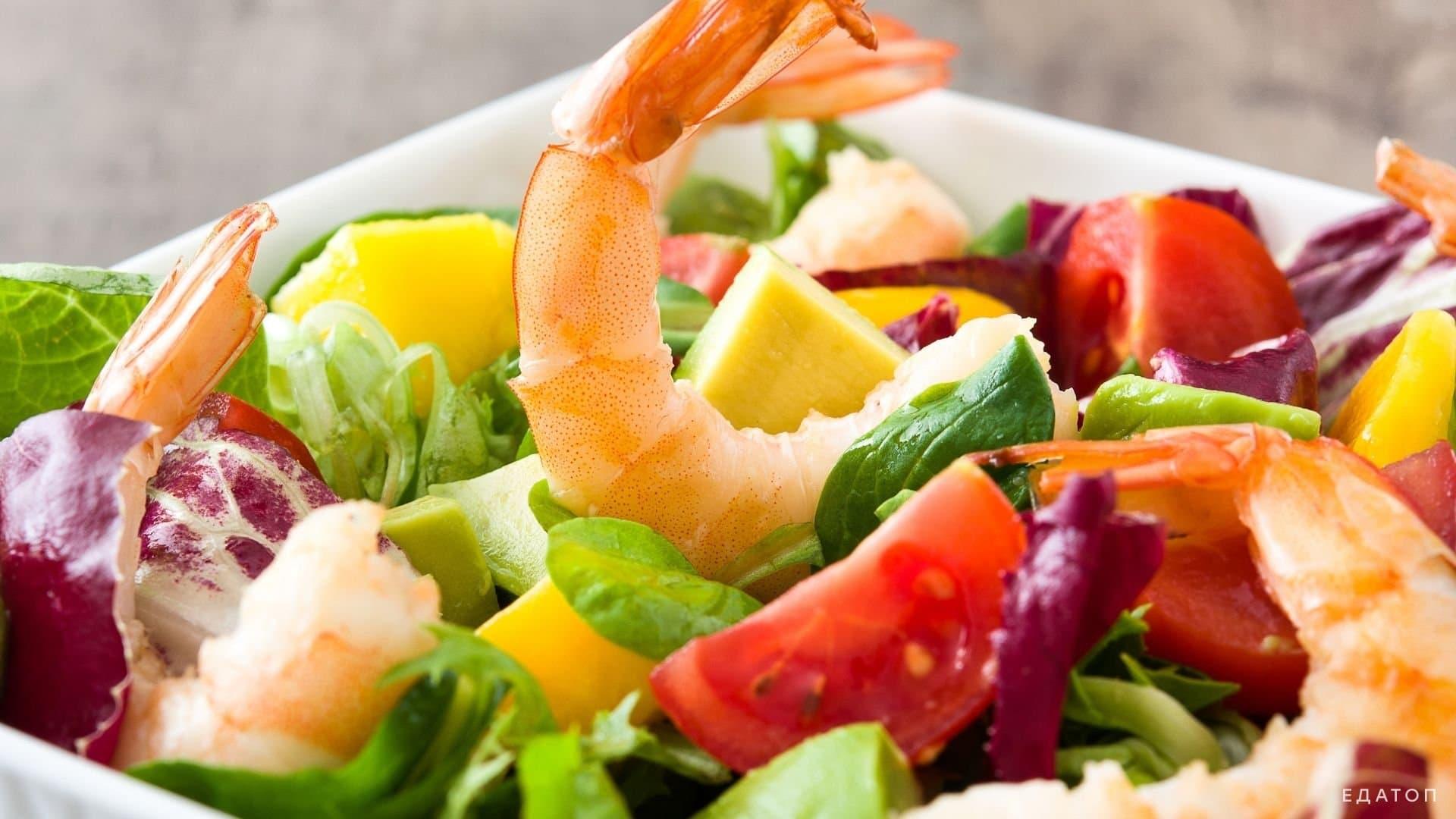 Салат из морепродуктов не только вкусен, но и очень полезен.