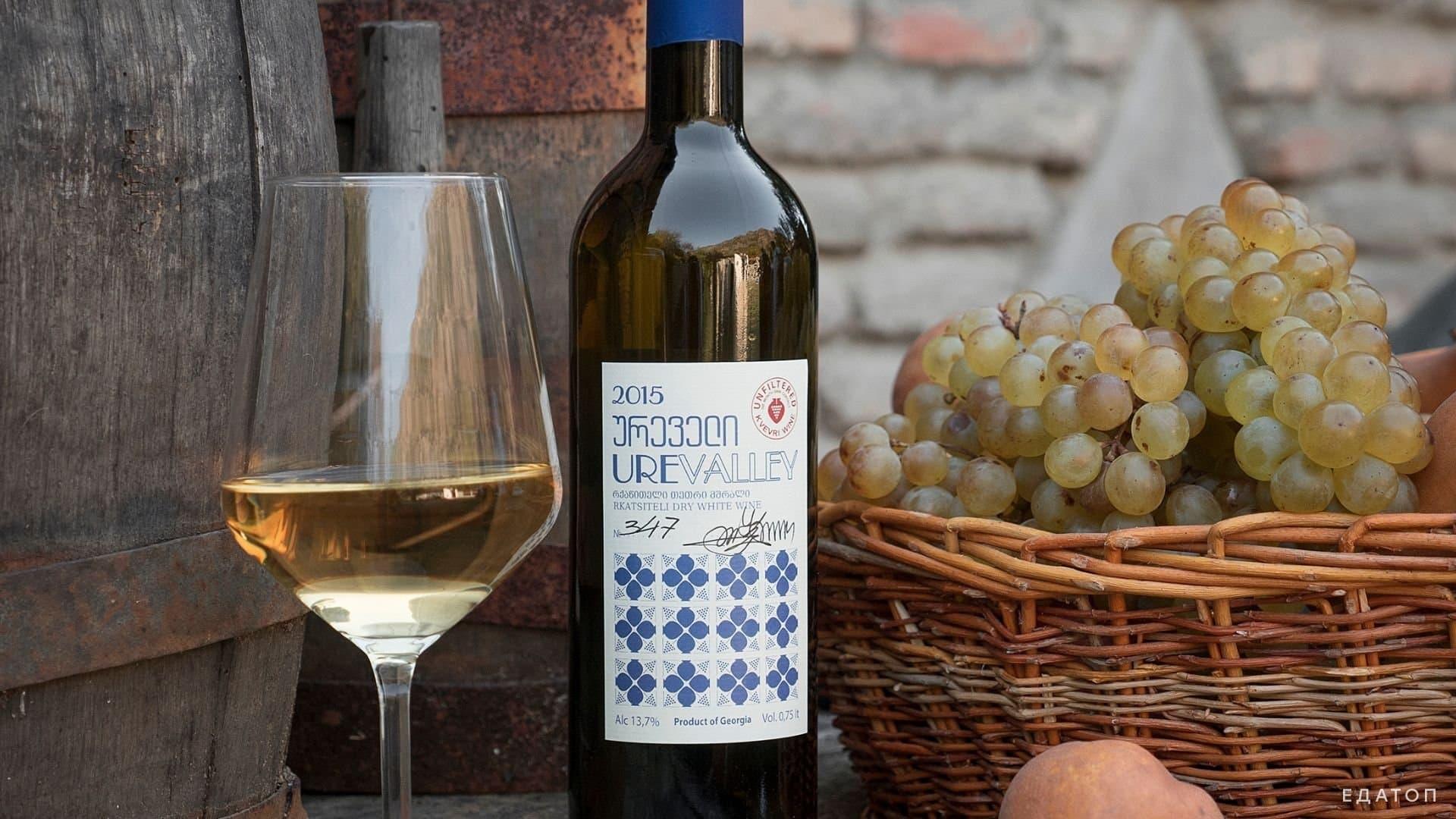 Грузия славится своими напитками, особенно вином и боржоми.
