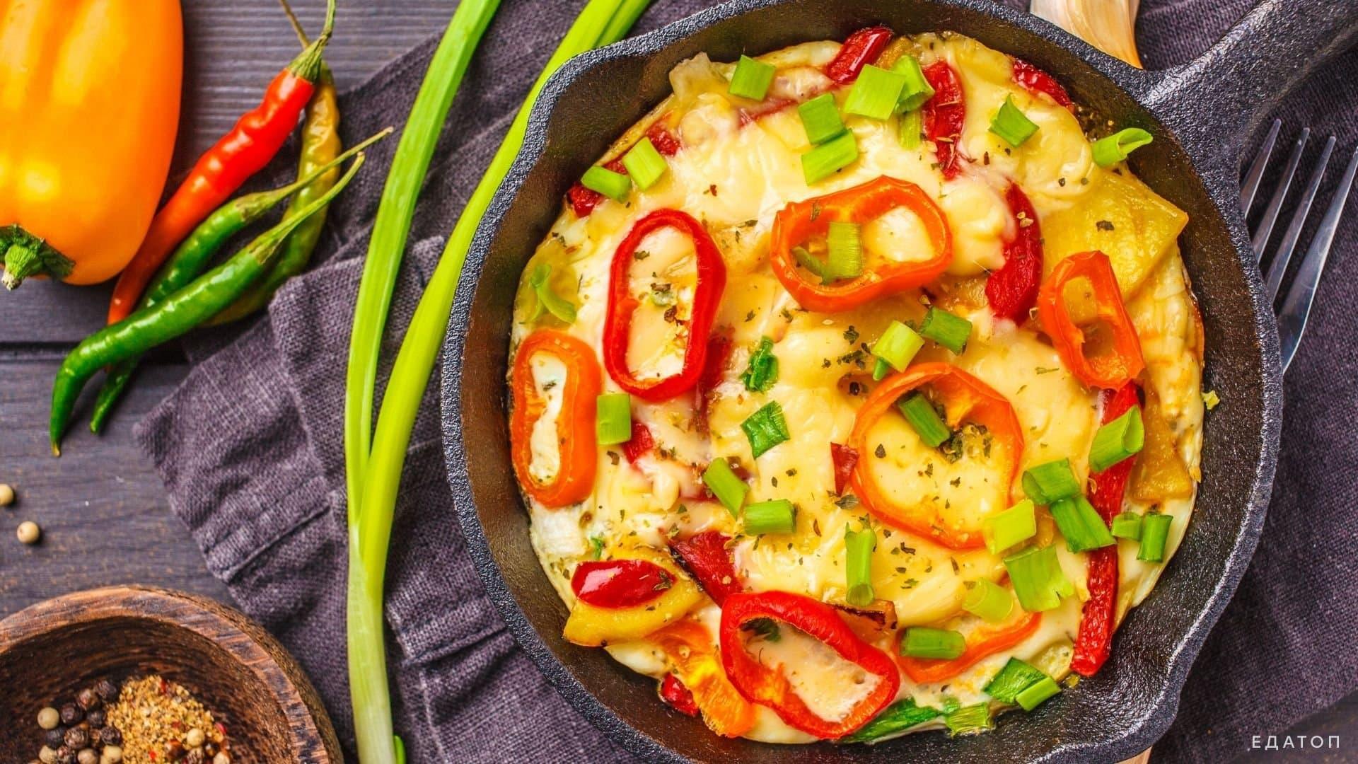 Фриттата - это омлет по-итальянски, который готовят с мясом, овощами и сыром.